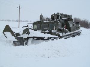 Расчистка снежных заносов: едва выдерживает даже военная техника