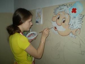 """Юные художники """"развеселили"""" стены детской больницы"""