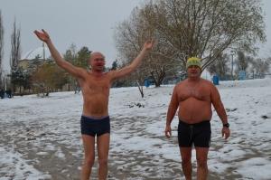 Моржи поздравили город с первым снегом