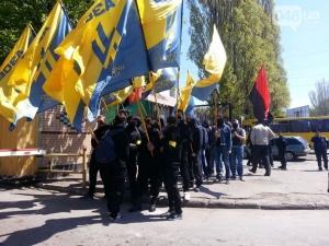 В Одессе неизвестные молодчики под эмблемами «Азова» протестуют против повышения цен на хлеб