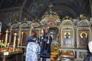Верующие вознесли молитвы перед иконой с цветами