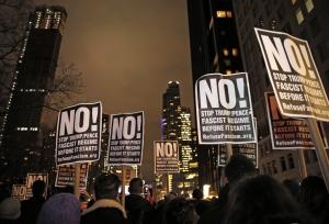 Мэр Нью-Йорка и известные актеры вышли на акцию против Трампа