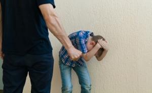 Отец жестоко избил сына из-за школьной оценки