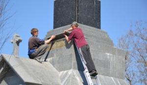Памятник с орлом пришлось ремонтировать