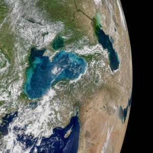 Фото из космоса: NASA показало бирюзовые вихри в Чёрном море