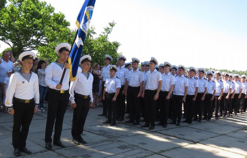 Парадным шагом во взрослую жизнь отмаршировали бакалавры-моряки