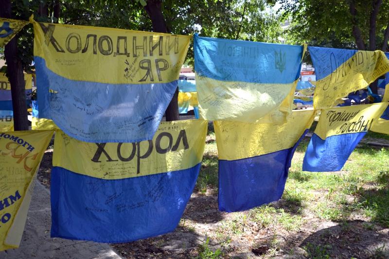 Полтысячи украинских флагов привезла в Измаил патриот Екатерина Валевская