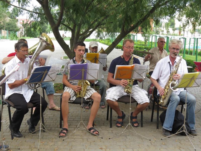 И в дождь, и в зной оркестр наш духовой Дарил на счастье музыку, играл с душой...