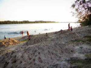 На пляж завезли песок