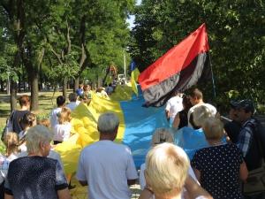По городу носили знамя