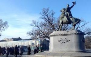 В память о штурме к памятнику Суворову возложили цветы