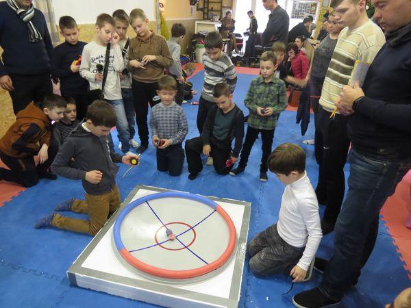 Мальчишки Измаила играют в бейблейд
