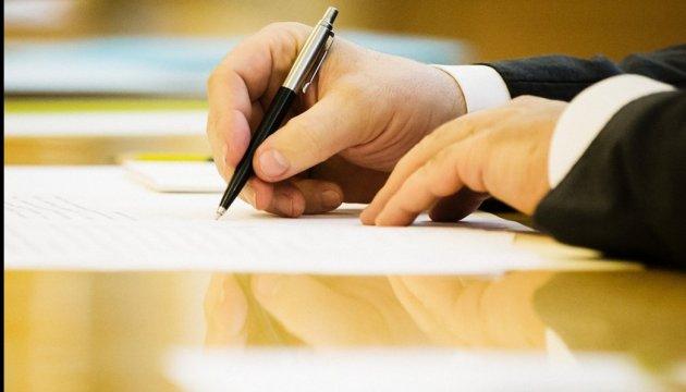 Порошенко утвердил порядок стипендий молодым писателям и работникам искусства