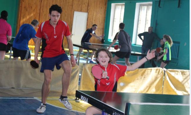На открытом чемпионате среди смешанных пар по настольному теннису