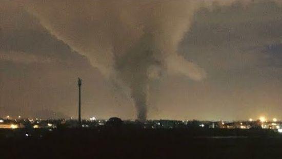 В Италии запечатлели на камеру мощный разрушительный торнадо (ВИДЕО)
