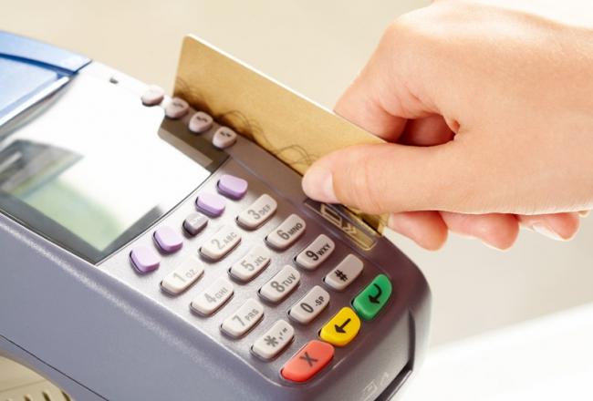 В Измаиле правоохранители разоблачили кассира, которая присвоила банковскую карточку покупателя