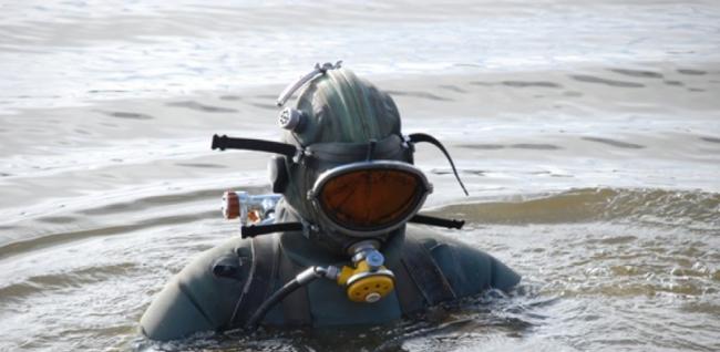 Военные моряки обследуют дно Дуная в поисках мин