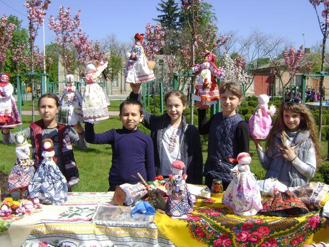 Детское творчество - на фоне цветущей сакуры