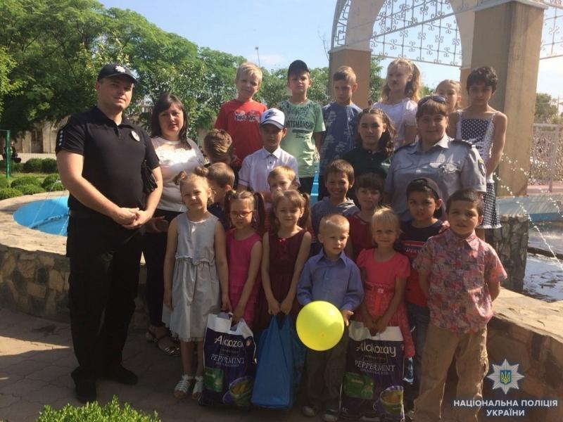 В Измаиле детей, оказавшихся в сложных жизненных обстоятельствах, полицейские поздравили с праздником