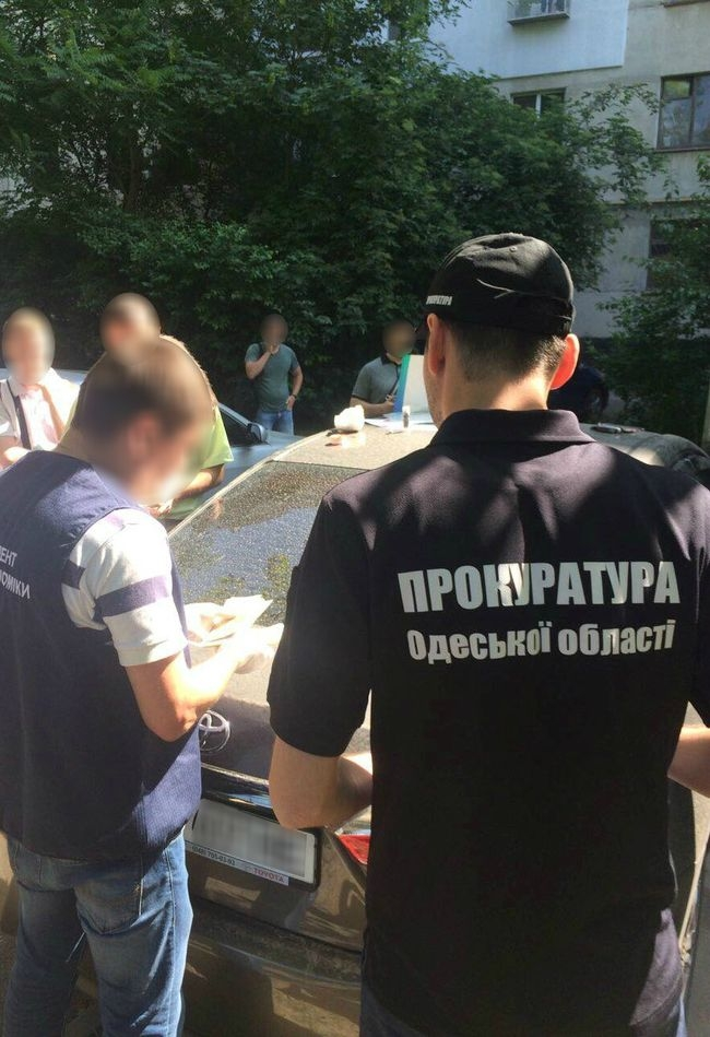 В Одессе на взятке 55 тысяч гривен попались главный ревизор и начальник отдела фискальной службы