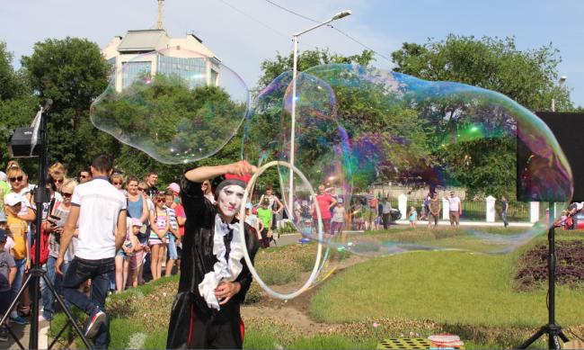 Перламутровое чудо пузырилось и сверкало – это было супер-шоу, шоу мыльных пузырей!