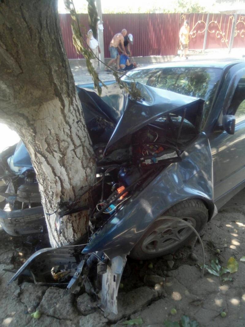 """БМВ """"всмятку"""": двое лихих ренийцев остались живы после того, как влетели в орех на чужом авто"""
