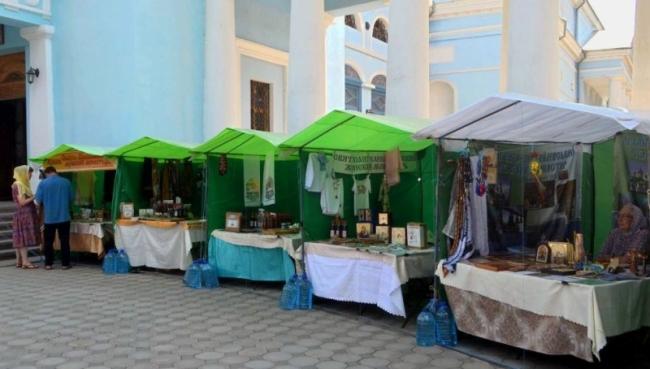 Православная ярмарка вдоль Свято-Покровского собора
