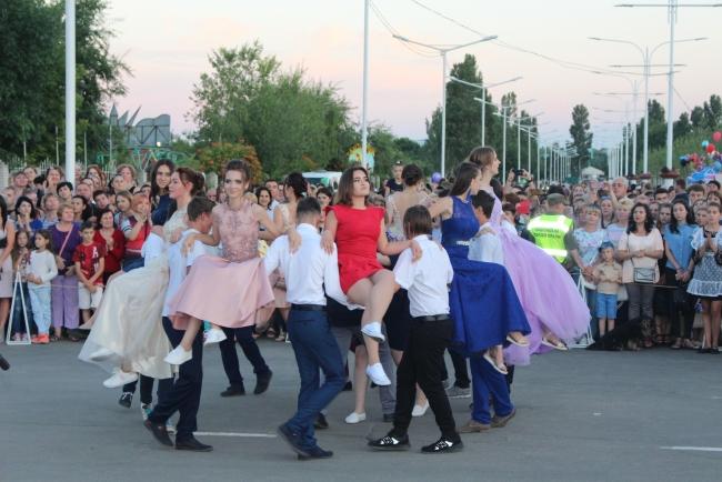 В День молодёжи в Измаиле прошёл парад выпускников