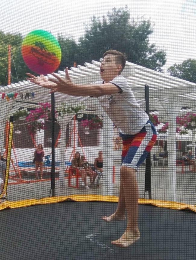Волейбол на батутах: необычно, весело, креативно!