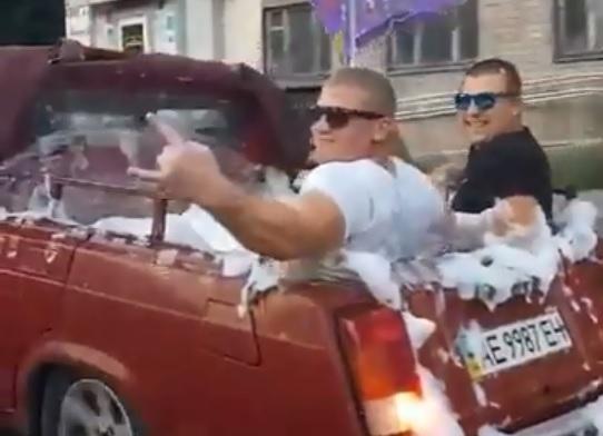 Жители Днепра превратили «Жигули» в бассейн и устроили на дороге пенную вечеринку
