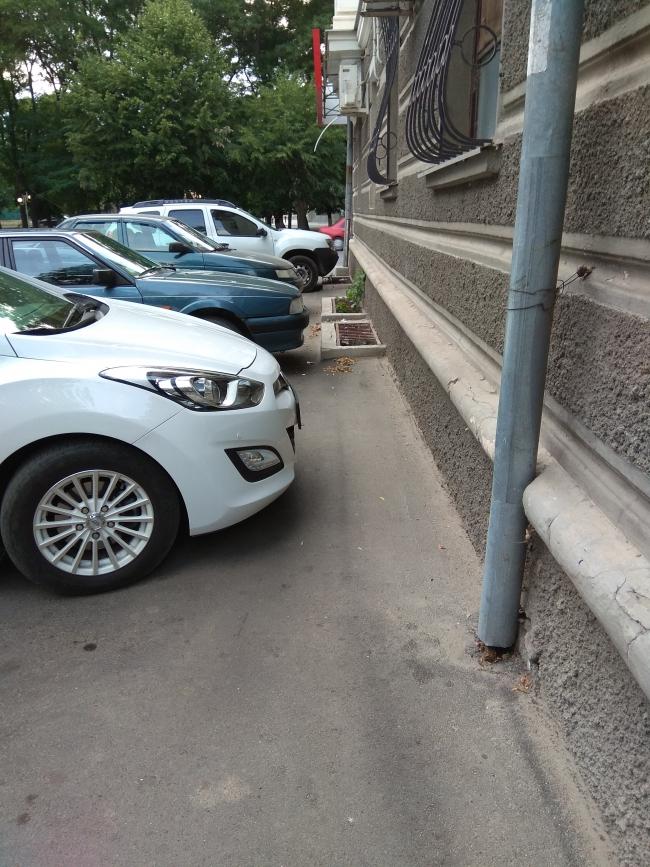 В Измаиле многоэтажку лишили тротуара и устроили под стеной автостоянку