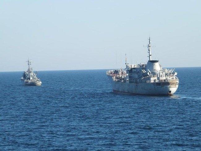 """Украинские военные корабли """"Донбас"""" и """"Корець"""" идут через Керченский пролив для усиления базы ВМС в Азовском море"""
