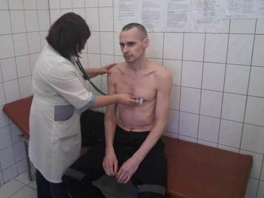 Информации о прекращении голодовки Сенцова пока нет, - постпред президента