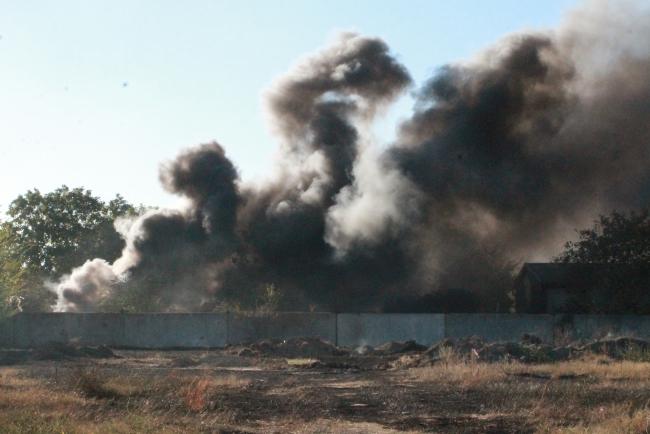 Чёрный столб дыма над городом – результат горения пластика
