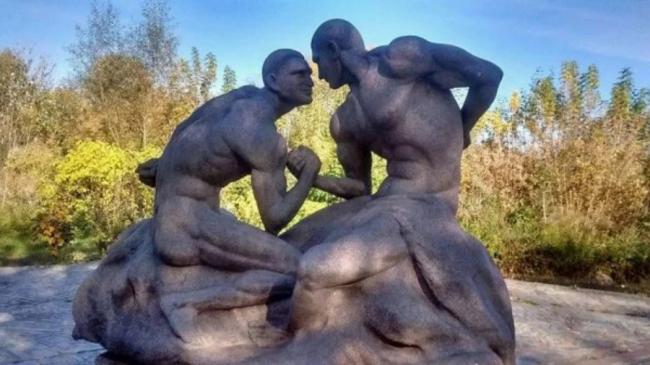 Обнажённых Кличко увековечили в неоднозначной скульптуре: фото