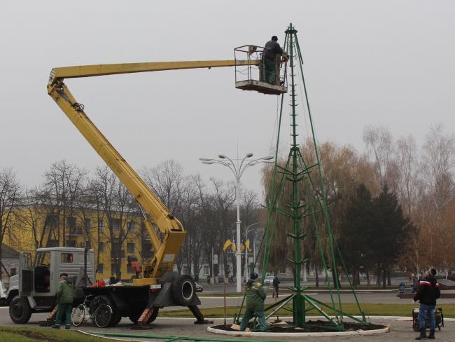На площади Победы монтируют главную ёлку города