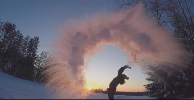 В Китае сотни людей превратили кипяток в снег: фото и видео уникального флешмоба
