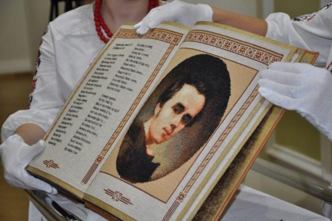 Единственная в мире полностью вышитая книга - шедевр, созданный в Украине ровенчанкой!