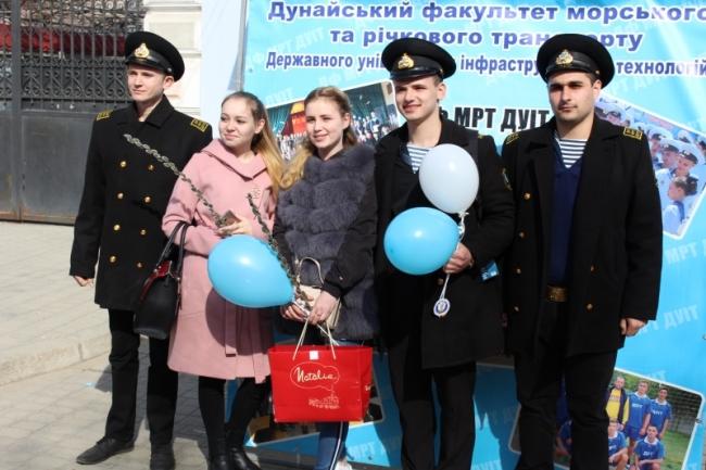 Женщинам Измаила дарили улыбки и подарки будущие офицеры морфлота