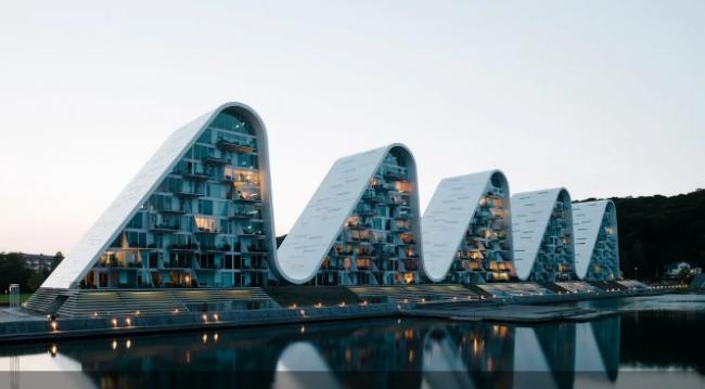 """Жилой дом-волна """"вынырнул"""" в Дании: фото впечатляющего сооружения"""