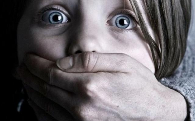 В Черноморске мужчина пытался затащить маленькую девочку в машину