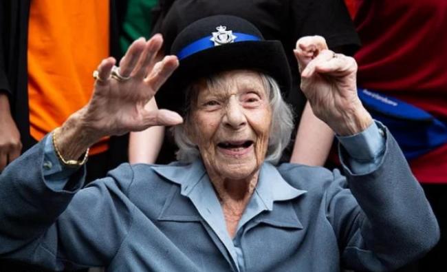 Полиция осуществила мечту 104-летней пенсионерки: её арестовали