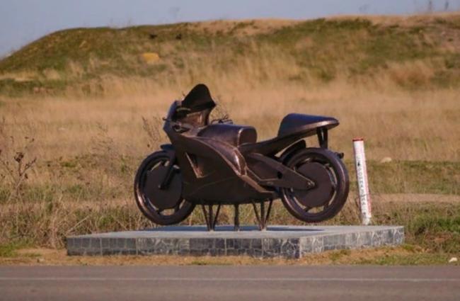 При въезде в Килию установили памятник погибшему мотоциклисту