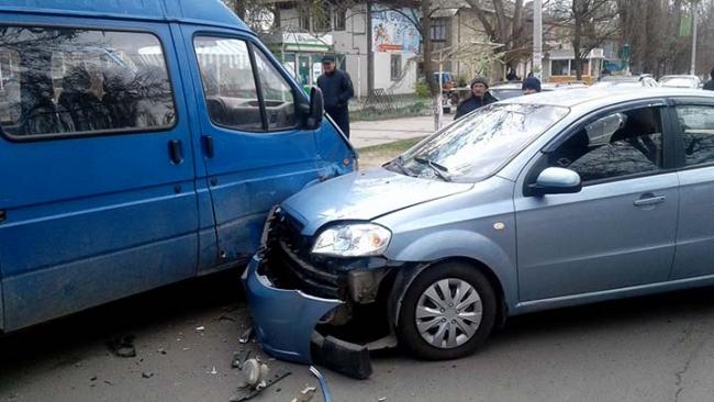 Уснувший за рулем водитель въехал в авто депутата