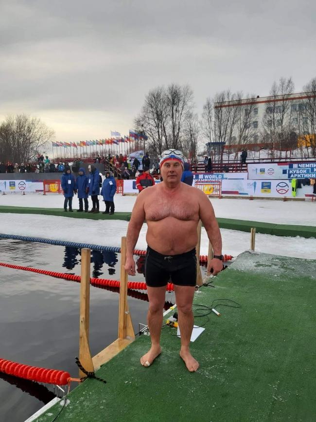 Ему и ледяной заплыв по плечу!