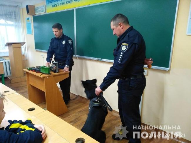 Измаильские полицейские-взрывотехники рассказали лицеистам о мерах при обнаружении опасных находок