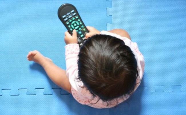 ВОЗ запретил давать детям гаджеты-экраны до 2-х лет