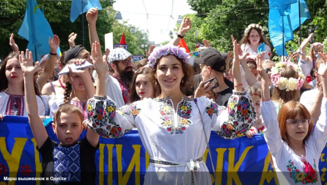 Тысячи украинцев приняли участие в Мегамарше вышиванок в Одессе