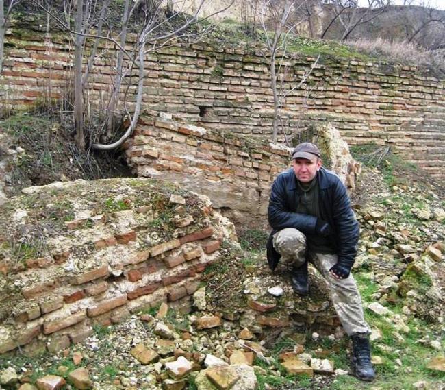 Крепостная стена… и надписи на ней