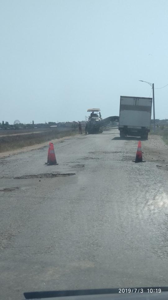 В Приморском ремонтируют участок дороги на пляж